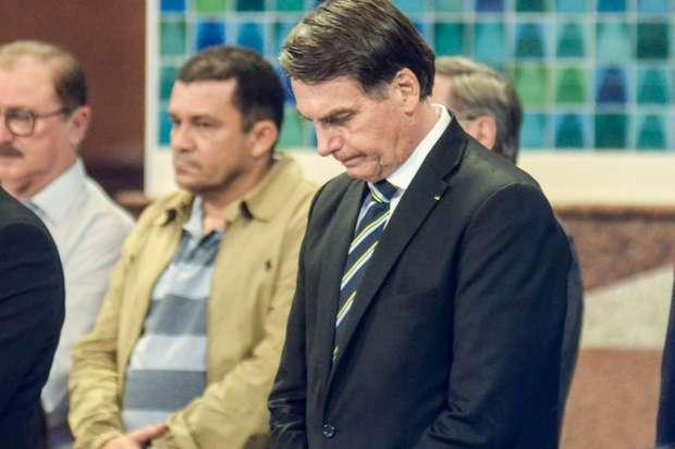 O presidente Jair Bolsonaro durante a missa na Basílica Nacional de Aparecida no dia de Nossa Senhora de Aparecida, Padroeira do Brasil, na cidade de Aparecida, em São Paulo, SP, neste sábado, 12