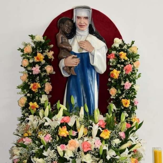 Consagrada freira em agosto de 1933, adotou o nome de Irmã Dulce, em homenagem à sua mãe