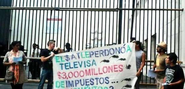 #YoSoy132 protesta frente al SAT por condonación a Televisa