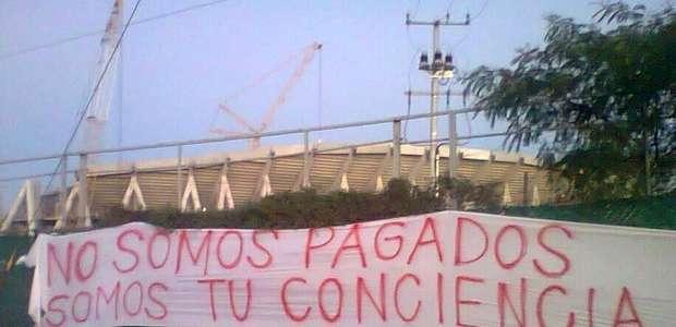 Aficionados protestan con mantas en nuevo estadio de Rayados