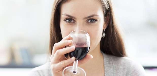 ¿Has tomado vino? Espera antes de cepillarte los dientes