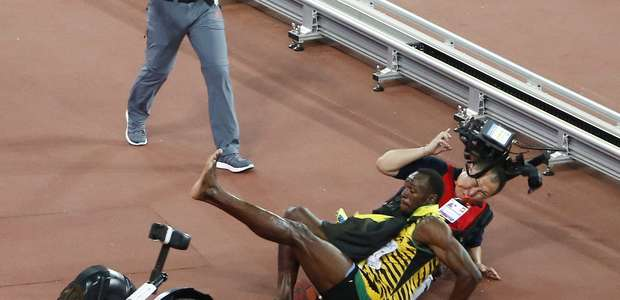 Bolt é atropelado por operador de câmera após ouro