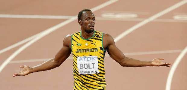 Un cámara de televisión derriba a Bolt en su celebración