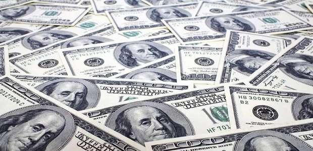 Precio del dólar baja a 17.18 pesos al cierre