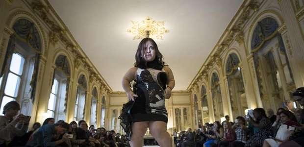 Paris: anãs fazem sucesso em desfile e desafiam padrões
