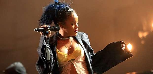 Rihanna luce nuevo color de cabelllo