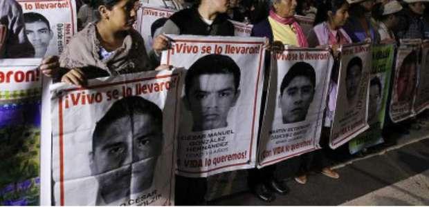 Padres de los 43 normalistas se plantan frente a Los Pinos