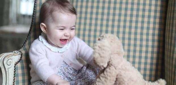 William e Kate divulgam novas fotos da princesa Charlotte