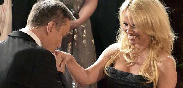 Pamela Anderson deslumbra con escote en Baile de la Ópera