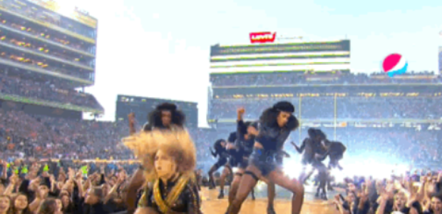 Beyoncé casi se cae durante el espectáculo del mediotiempo