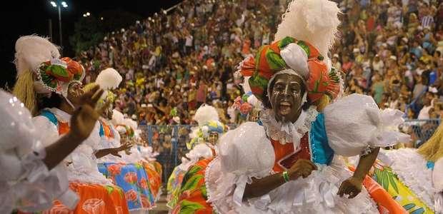 Folia atrai um milhão de turistas e movimenta R$ 3 bilhões