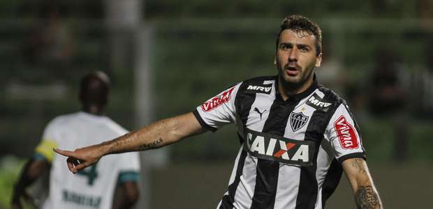 Léo Silva decide, Pratto desencanta e Atlético-MG vira líder
