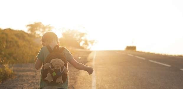 Niño camina 2 km después de accidente, perdió a sus padres