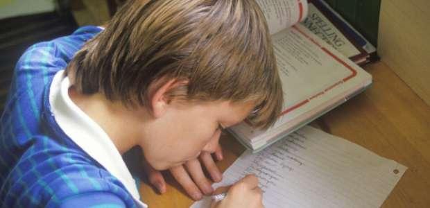 Mujer maltratada pide auxilio en los deberes de su hijo