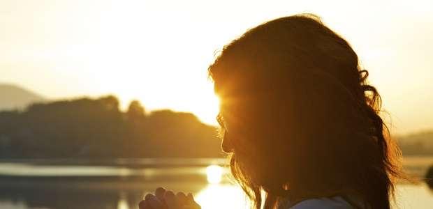 Aprenda orações para atrair riquezas e oportunidades