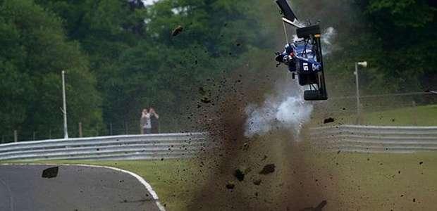 Piloto sai ileso de capotagem incrível na F3 Britânica