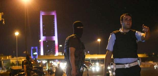 Governo turco manda fechar dezenas de jornais, TVs e rádios