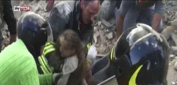 Italia: los bomberos rescatan a una niña tras más de 16 ...