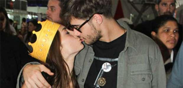 Rafael Vitti e Julia Oristanio trocam beijos ao lançar ...