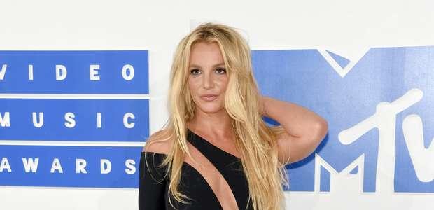 Britney Spears pierde el equilibrio sobre el escenario