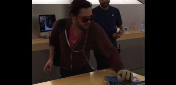 Un cliente descontento destroza una tienda Apple con una ...
