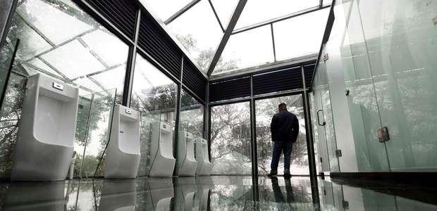 China: parque inaugura banheiro de vidro com vista ...