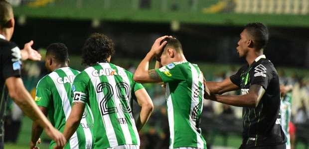 Coritiba salva derrota contra A. Nacional, mas se complica