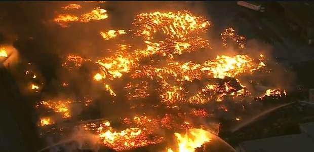 California: Gran incendio en centro de reciclaje de Ontario