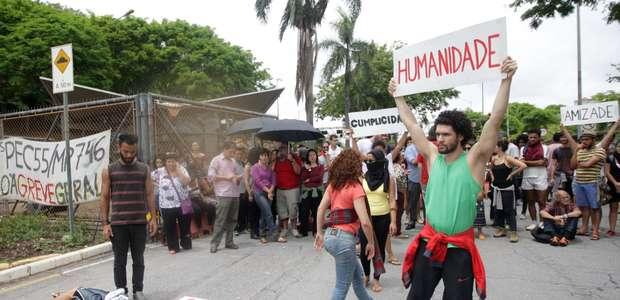 Estudantes param trânsito em BH em protesto contra PEC-55