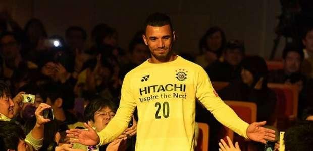 Com 'pompa' de ídolo, ex-Cruzeiro é apresentado pelo ...
