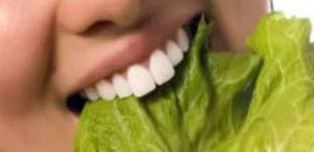 4 hábitos alimentares que potencian el mal aliento
