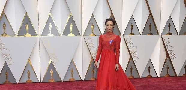 Mucho oro y mensajes sociales en alfombra roja de los Oscar