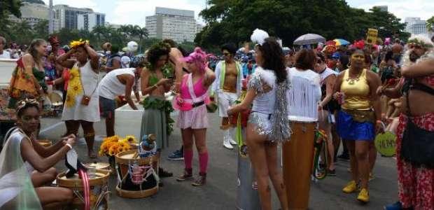 Orquestra Voadora arrasta multidão pelo Aterro do Flamengo