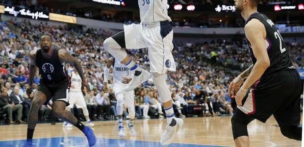 Barnes le da triunfo dramático a Mavs sobre Clippers