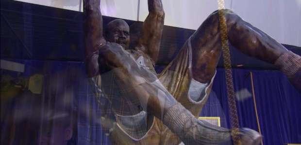 Shaq ganha estátua e é imortalizado pelos Lakers