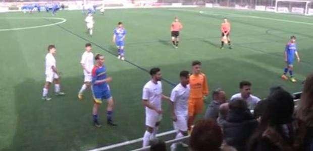 Vergonzosa pelea entre futbolistas y aficionados en una ...
