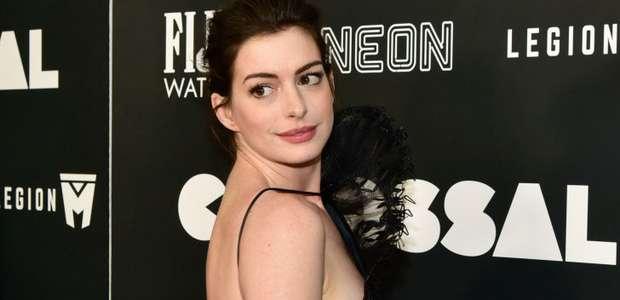 Anne Hathaway sorprende con un vestido económico (VIDEO)