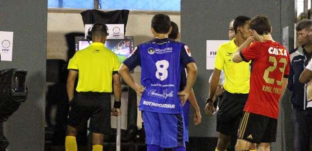 Polêmica à parte, CBF aprova experiência de árbitro de vídeo