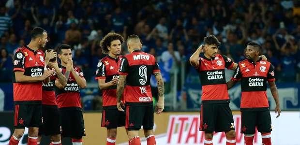 Elenco do Flamengo desembarca em silêncio e sai pelos fundos
