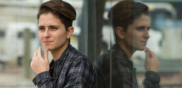 Autora desafia público conservador com trans homem grávido