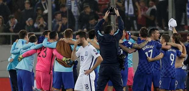 Em jogo fraco, Croácia segura a Grécia e se garante na Copa