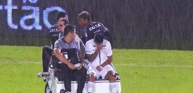 Ralf machuca o ombro e sai chorando em jogo do Corinthians