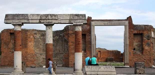 Turista cai e derruba coluna em Pompeia, na Itália