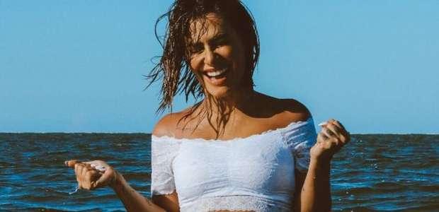 Cleo posa de lingerie branca no mar e fãs a pedem em ...
