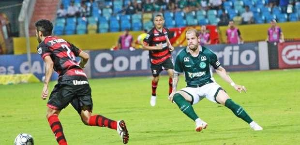 De volta ao time titular do Goiás, Tiago Luis festeja ...