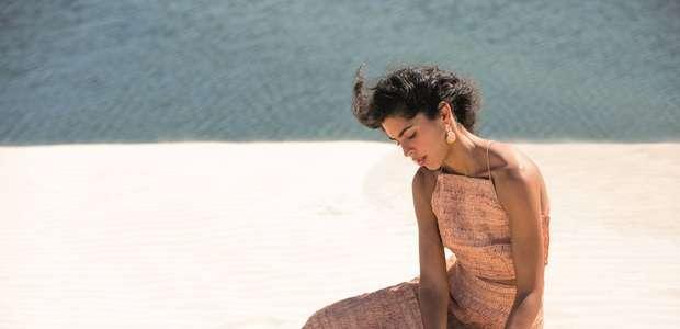 Bela Gil lança coleção de roupas feitas de palha de buriti