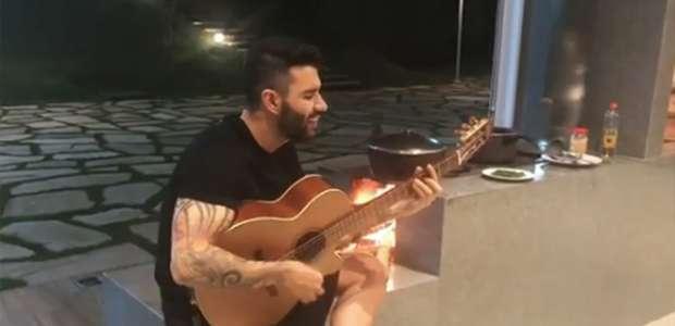 Gusttavo Lima mostra talento na cozinha em jantar com amigos