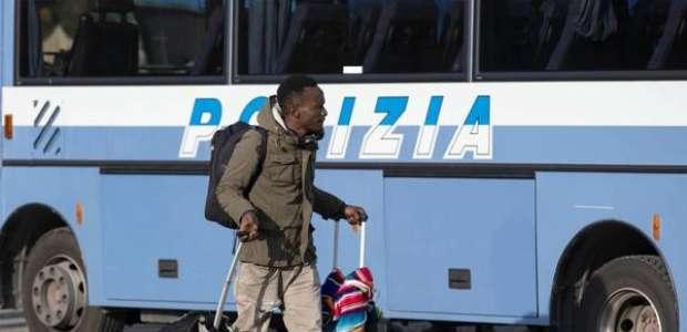 Polícia despeja imigrantes de centro gerido por ONG em Roma