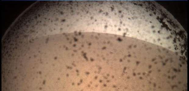 Sonda envia nova foto e ativa painéis solares em Marte