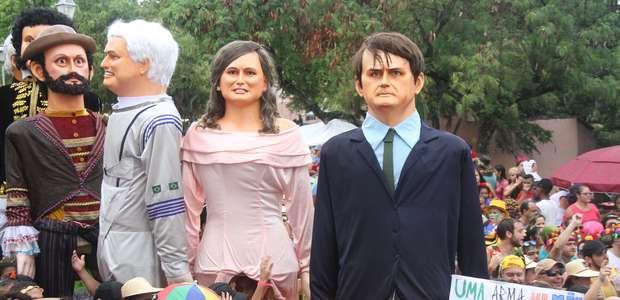 Boneco de Bolsonaro desfila em Olinda sob vaias